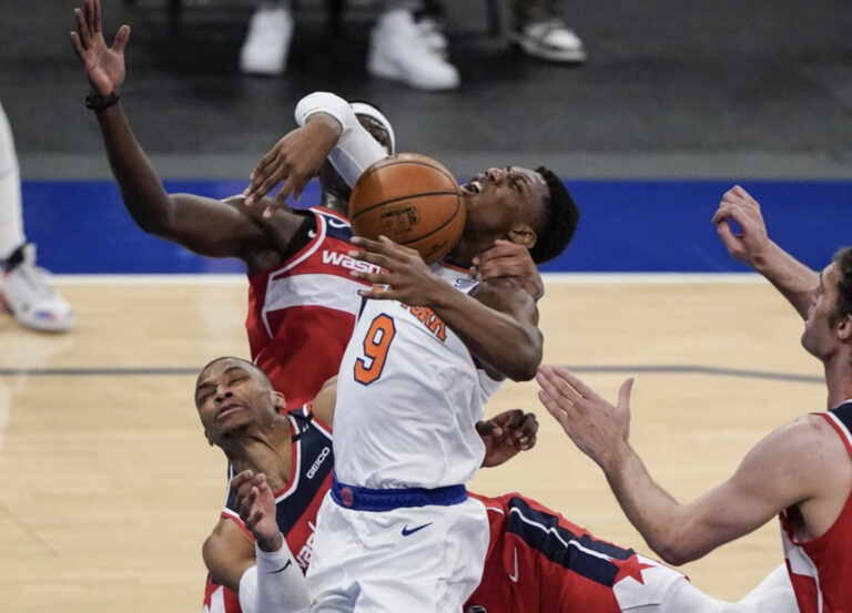 Why are the New York Knicks struggling late in games?